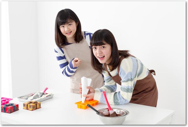 手作りチョコレートを作る女の子2人