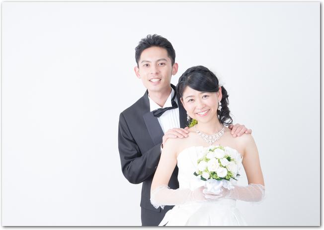 結婚式を終え笑顔の新郎新婦