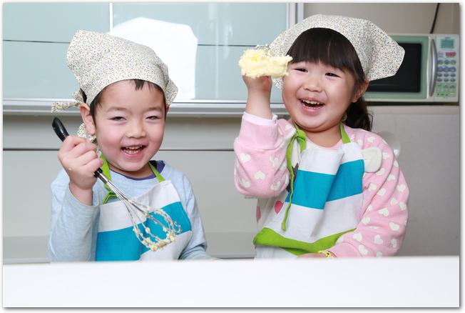 子どもがお菓子を手作りするようす