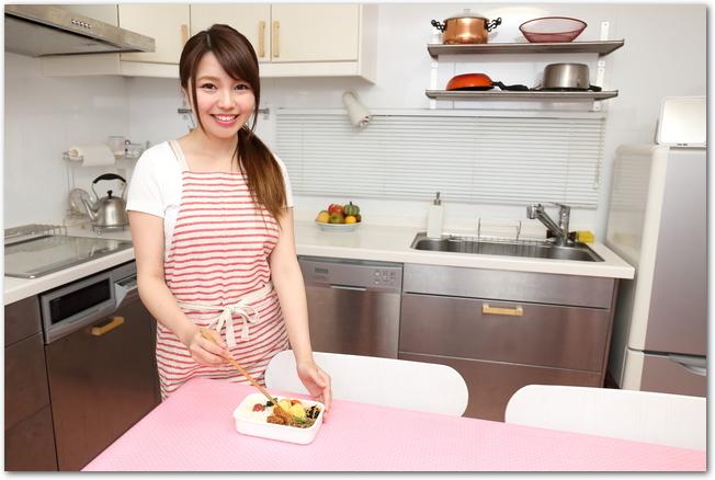 弁当を作っている女性