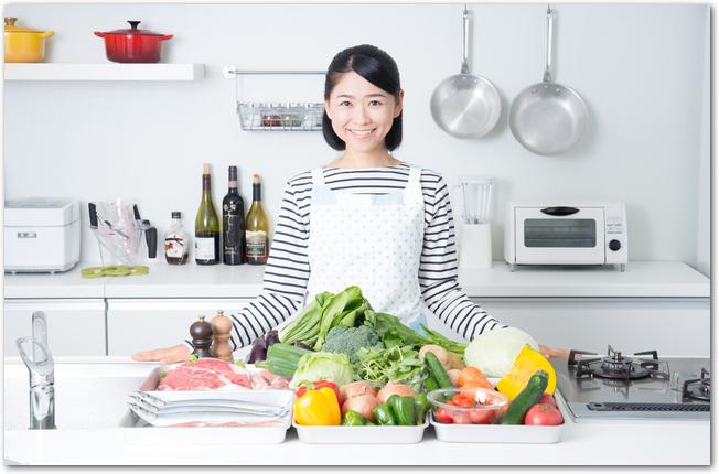 色とりどりの材料を前に料理に取りかかる女性
