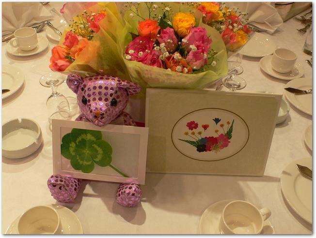 結婚式の場に届いた華やかな台紙の電報