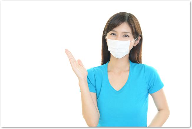 マスクをしながらも笑顔の女性