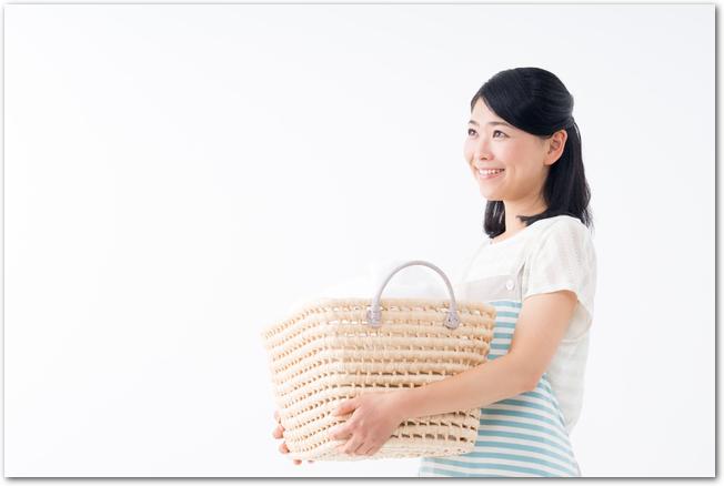 洗濯かごを運ぶ女性