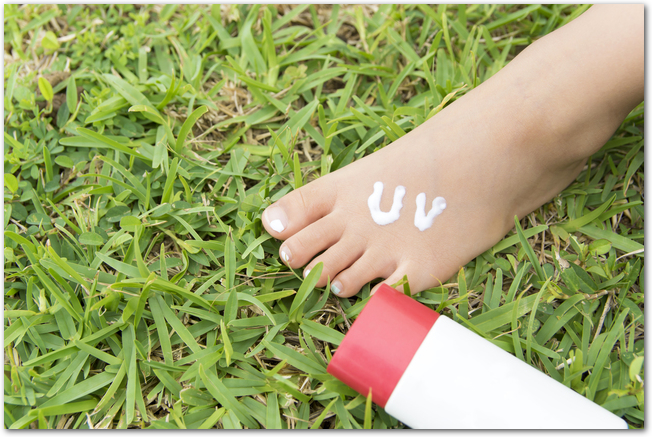 日焼け止めを足に塗ったようす
