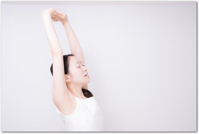 腹式呼吸をしながら運動をする女性