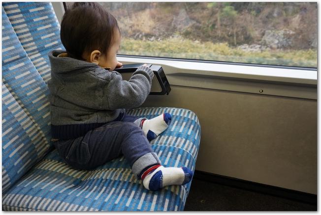 はじめて旅行で電車に乗る赤ちゃん