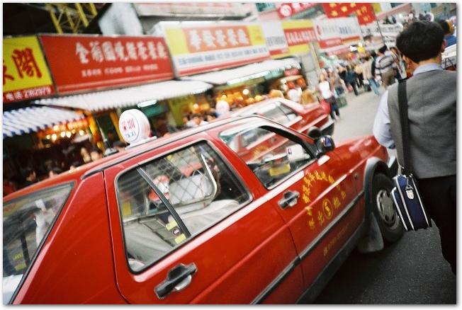 香港の繁華街を走るタクシー