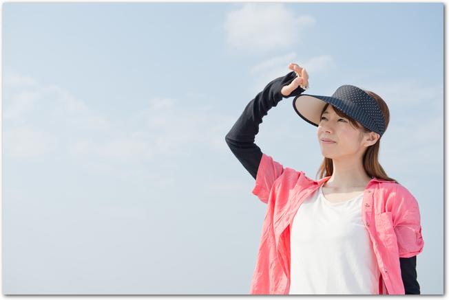 紫外線対策をしながら屋外で運動する女性