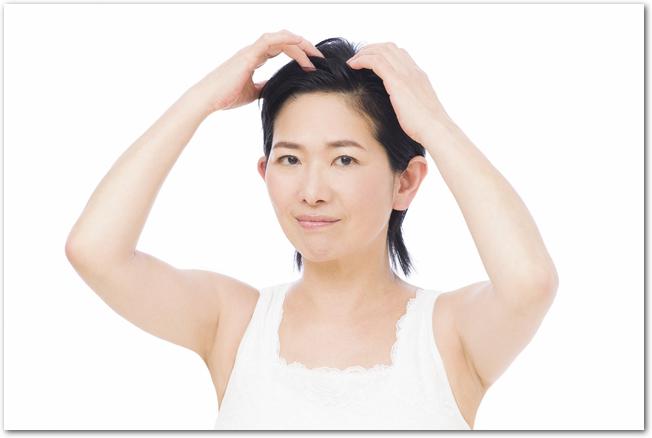 頭皮の状態を気にする女性