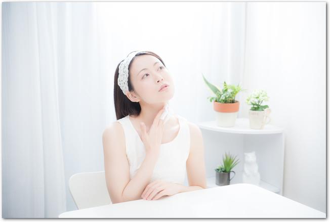 明るい室内で紫外線対策を考える女性