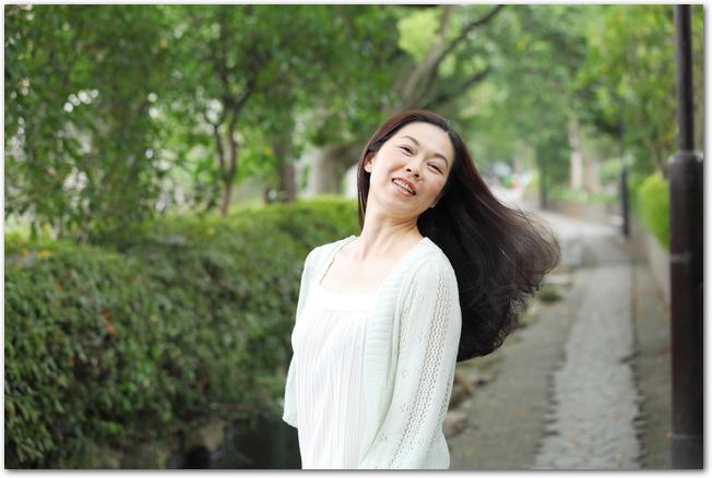 ヘアカラーをして笑顔の女性