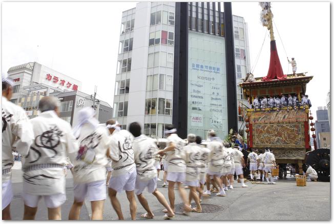 祇園祭の山鉾を引いているようす