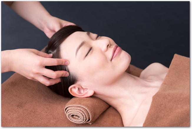 ヘッドスパで頭皮ケアをしている女性