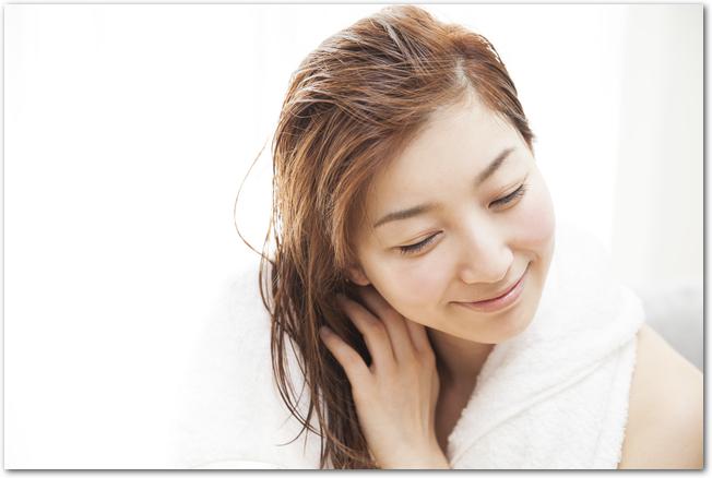 頭皮ケアを意識しながらシャンプ―をする女性
