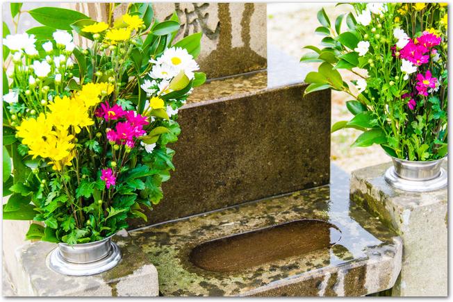 お花が飾られてきれいなお盆のお墓