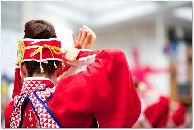 彩夏祭のイベントのひとつ鳴子踊りの女性後ろ姿
