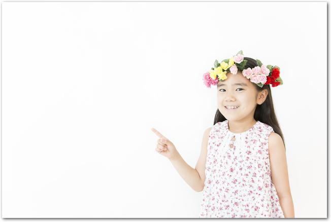 花で作った冠をする女の子