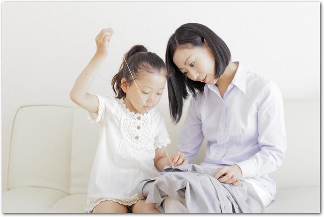 ママと一緒に裁縫に挑戦する女の子