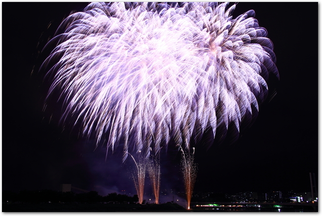 伊丹花火大会で打ち上げられている青い花火