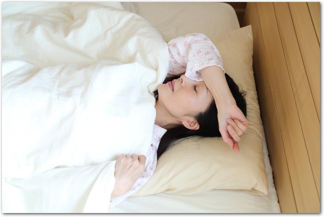 ベッドで休んでいる女性の様子