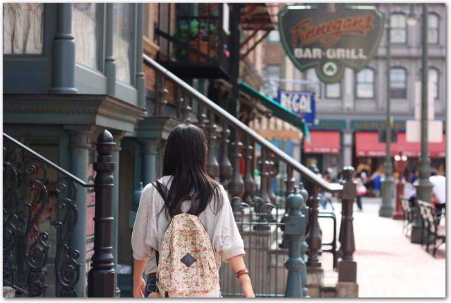 USJの遊歩道を歩く女性の後ろ姿