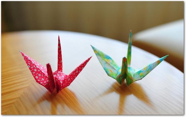 和紙の折り鶴と御祝ののしが掛けられたギフト