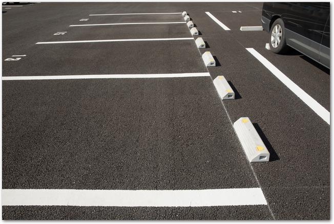 アスファルトに白線が引かれた空の駐車場の様子