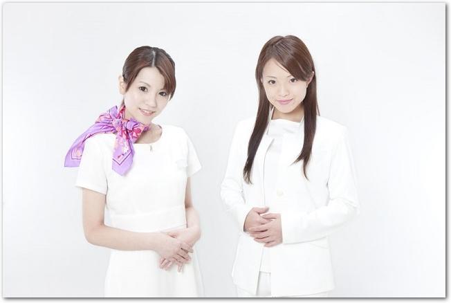 美容サロンの女性スタッフが2人立っている様子