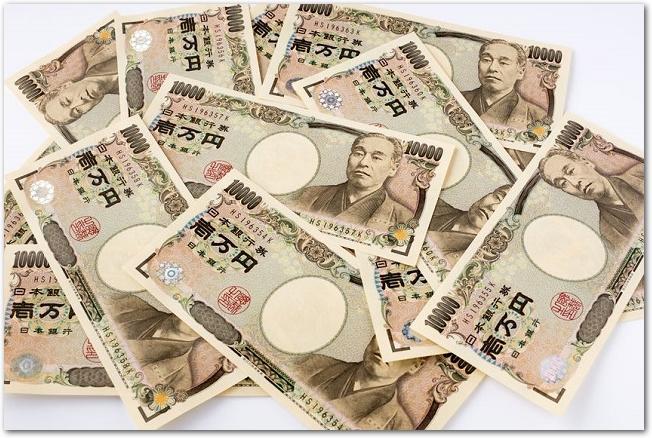 乱雑に置かれたたくさんの一万円札