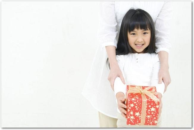 プレゼントを差し出している女の子の様子