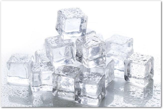 四角い氷がたくさん重ねて置かれている様子