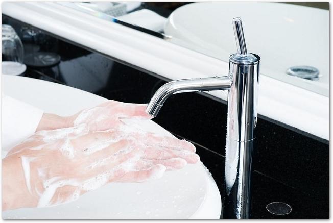 石鹸でしっかり手を洗っている手元の様子