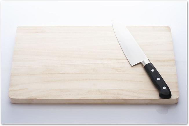 木製のまな板の上に包丁が置いてある様子