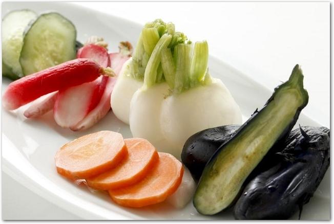 白皿に盛りつけられた様々な野菜の漬物