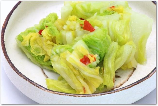 丸皿に盛りつけられた白菜の浅漬け
