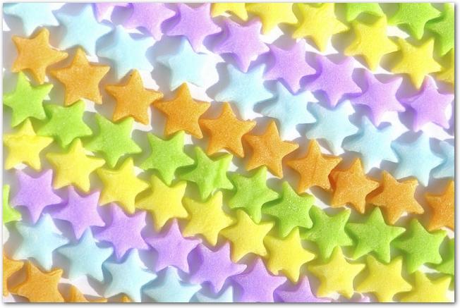 カラフルな星型のキャンディーが敷き詰められている様子