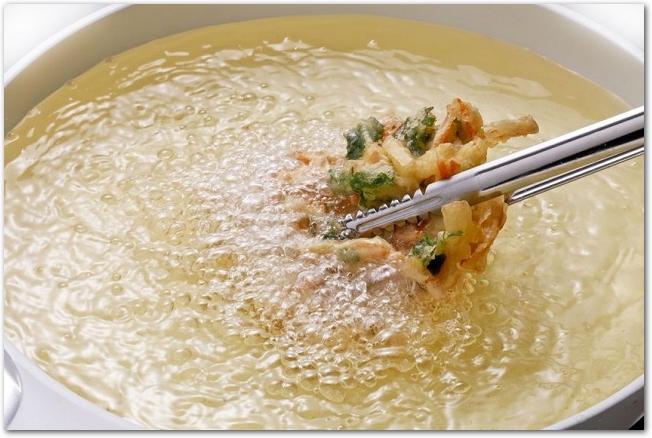 天ぷら鍋でかき揚げを作っている様子