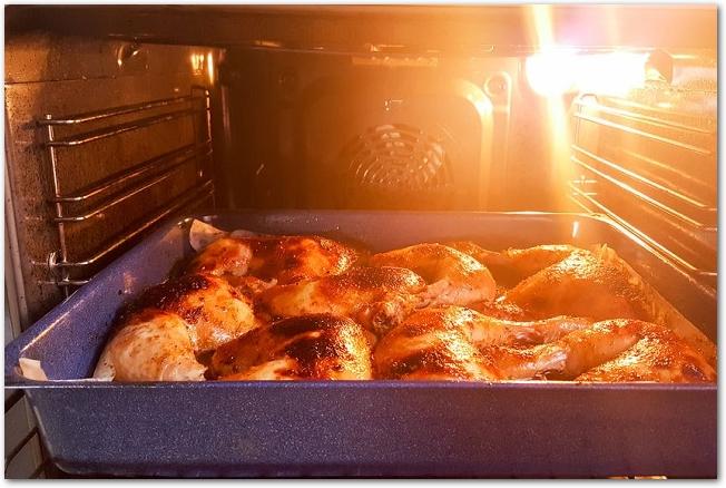 鶏もも肉を焼いているオーブンの庫内の様子