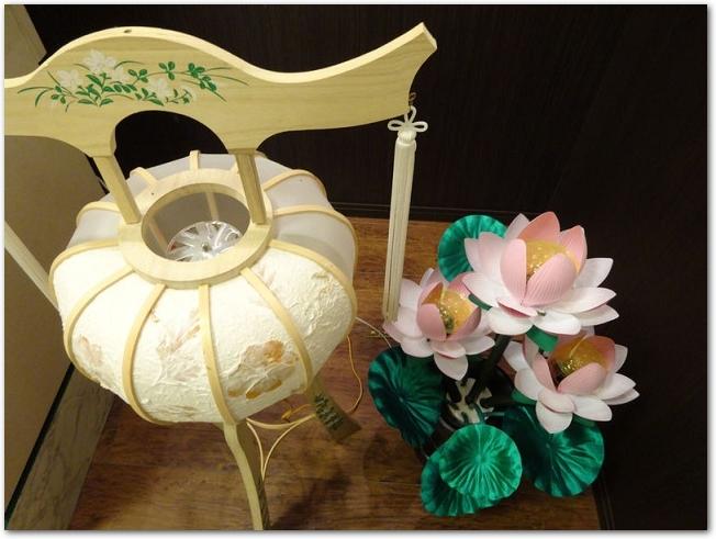盆提灯と造花の蓮の花