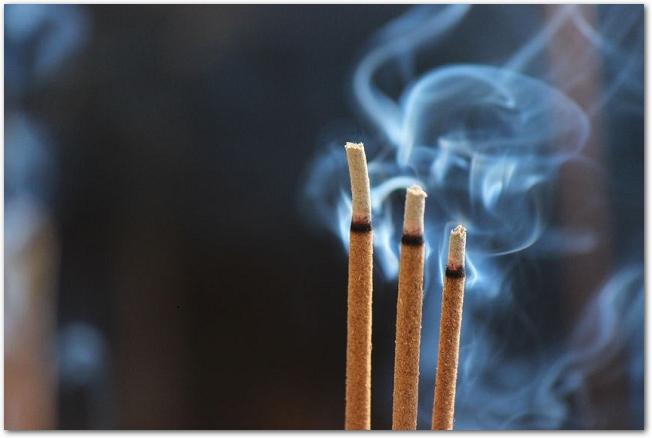 火のついた線香の先端部分のアップ