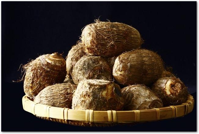 木のザルに盛られた皮つきの里芋