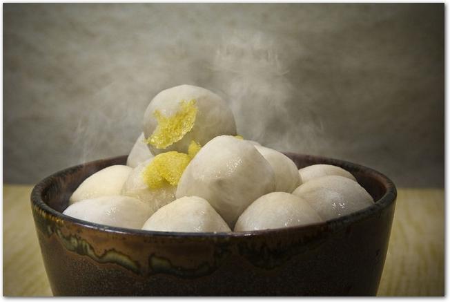 和食器に里芋の煮物が盛りつけられている様子