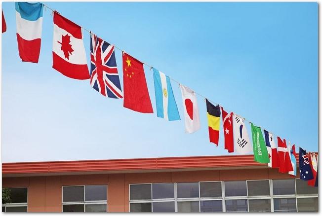 晴れた日の校舎と運動会の万国旗