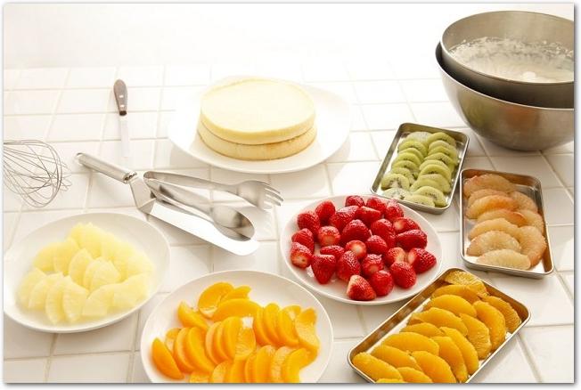 ケーキのスポンジとデコレーション用のフルーツ類